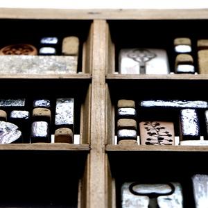 Antik ablak-falitükör egyedi kerámiákkal., Dekoráció, Otthon & lakás, Képzőművészet, Lakberendezés, Képkeret, tükör, Újrahasznosított alapanyagból készült termékek, Kerámia, Falitükör a Patina Kerámia manufaktúra kezei közül.\n\nEgyedi limitált ékszerkészítéssel foglalkozunk...., Meska