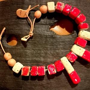 Piros-beige kockaszemes kerámia nyaklánc., Ékszer, Nyaklánc, Képzőművészet, Otthon & lakás, Vegyes technika, Kerámia, Lánc hossza: 44 cm.\nSúly: 132 gramm.\nA kockák mérete 1,5 x 1,5 cm\nA három hosszú kocka 5,5 cm hosszú..., Meska