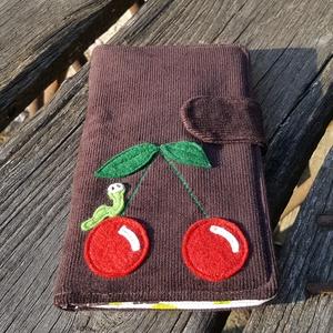 Cseresznye kukaccal csokibarna színű kord irattartó és pénztárca , Táska & Tok, Pénztárca & Más tok, Pénztárca, A mai világban rengeteg kártyával, cédulával, kuponfüzettel és egyebekkel tömnek minket. Hogy legyen..., Meska