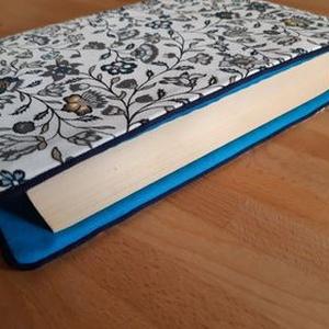 Könyvkabát - kisvirágos, Otthon & Lakás, Papír írószer, Könyv- és füzetborító, Varrás, Azoknak, akik utaztatják és szeretik a könyveiket! \nLeírás: A borító nagysága A5 méretű, abból a meg..., Meska