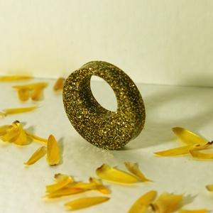 Aranyszín kerek medál, Ékszer, Nyaklánc, Medál, Ékszerkészítés, Mindenmás, Ragyogó, aranyszín és zöld-ezüst medál. Egyszerű, letisztult forma. Epoxi és arany/ezüst csillám fel..., Meska
