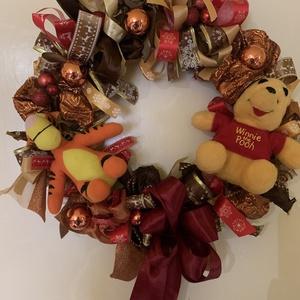 Micimackós ajtódísz, Karácsony & Mikulás, Karácsonyi dekoráció, Virágkötés, Az idén Micimackó és barátai is várják velünk a  Karácsonyt. Ennek jegyében készült ez a vidám rongy..., Meska