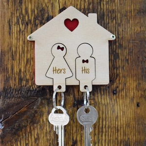 Szerelmes kulcstartó Valentin napra, évfordulóra vagy csak úgy :), Otthon & Lakás, Bútor, Kulcstartó szekrény, Famegmunkálás, Festett tárgyak, Aranyos ajándék, melyet névre szólóan is elkészítünk! Falra szerelhető kulcstartó két kivehető figur..., Meska
