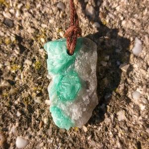 Nyers smaragd medál átfúrva és kenderszálra fűzve, A szív békessége, Smaragd medál, Natúr ásvány, Medál, Nyaklánc, Ékszer, Ékszerkészítés, Kőfaragás, Üdvözlöm a boltomban. \n\nEredeti natúr gyönyörű halvány zöld smaragd medál átfúrva és kenderszálra fű..., Meska