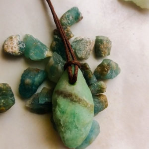 Nyers smaragd medál átfúrva és kenderszálra fűzve, A szív békessége, Smaragd medál, Natúr ásvány, Ékszer, Nyaklánc, Medál, Ékszerkészítés, Kőfaragás, Üdvözlöm a boltomban. \n\nEredeti natúr gyönyörű halvány zöld smaragd medál átfúrva és kenderszálra fű..., Meska