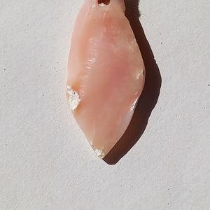 Nyers natúr perui rózsaszín opál medál átfúrva és kenderszálra fűzve kézi munka, Csodálatos békesség, Opál medál, , Ékszer, Nyaklánc, Medál, Ékszerkészítés, Kőfaragás, Üdvözlöm a boltomban. \n\nNyers általam formázott és enyhén csiszolt eredeti perui rózsaszín nagy opál..., Meska