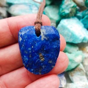 Nyers lapis lazuli medál átfúrva és bőrszálra fűzve, lapis lazuli, Natúr ásvány, mélység kékje, Ékszer, Nyaklánc, Medálos nyaklánc, Ékszerkészítés, Kőfaragás, Üdvözlöm a boltomban. \n\nEredeti natúr gyönyörű kék és arany lapis lazuli medál átfúrva és kenderszál..., Meska