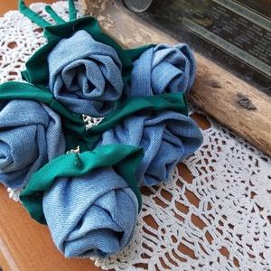 Farmer rózsák, Otthon & Lakás, Dekoráció, Csokor & Virágdísz, Varrás, Mindenmás, Farmrnadrág szárát használtam fel ezekhez a rózsákhoz. Szára hurkapálca, amit körbe varrtam zöld vás..., Meska