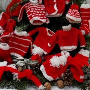 Skandináv kötött karácsonyfadísz szett, Otthon & lakás, Dekoráció, Ünnepi dekoráció, Karácsony, Kötés, Piros akrilfonalból kötöttem különböző téli ruhaneműket. Többféle mintával készűltek. A pulóvereknek..., Meska