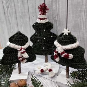 Horgolt fenyőfák téli dekoráció, Karácsonyi dekoráció, Karácsony & Mikulás, Otthon & Lakás, Kötés, Horgolás, Fenyőfákat horgoltam, kötött sapival, sállal tettem igazán téli hangulatúvá. Gipszből öntöttem a tal..., Meska