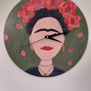 Kézzel festett Fridás falióra, Otthon & Lakás, Falióra & óra, Dekoráció, Farostlemezt vágattam ki lézerrel kör alakúra. Erre festettem Frida jellegzetességeit. Óraszerkezete..., Meska