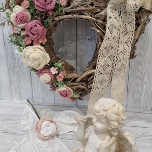 Romantikus szív alakú ajtódísz, falidísz, Otthon & lakás, Dekoráció, Lakberendezés, Ajtódísz, kopogtató, Koszorú, Mindenmás, Horgolás, Uszadékfaalapra készűlt ez a szív alakú romantikus vintage ajtódísz. Horgolt rózsákkal és egy kevés ..., Meska