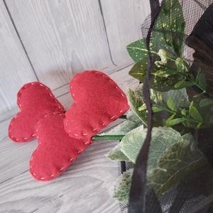 Halottaknapi szívcsokor, megemlékezés, Otthon & Lakás, Spiritualitás & Vallás, Temetkezési tárgy, Mindenmás, \nFílcszíveket varrtam, aminek szárat készítettem. Ez a három szív helyettesíti a virágot. Csokorba k..., Meska
