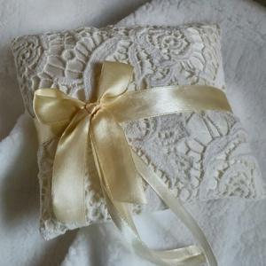 Gyűrűpárna csipkével, Esküvő, Gyűrűpárna, Menyasszonyi ruha, Esküvői dekoráció, Varrás, Szatén alapon csipkével díszített gyűrűpárna.\nMérete:15x15 cm\nAjánlott levélként 860 Ft-ért tudom po..., Meska