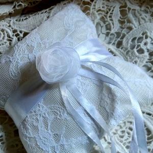 Gyűrűpárna csipkével, Esküvő, Gyűrűpárna, Menyasszonyi ruha, Esküvői dekoráció, Varrás, Szatén alapon csipkével díszített gyűrűpárna.\nSaját készítésű rózsával.\nMérete:15x15 cm\nAjánlott lev..., Meska