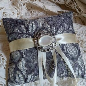 Gyűrűpárna csipkével, Esküvő, Gyűrűpárna, Menyasszonyi ruha, Esküvői dekoráció, Varrás, Szatén alapon csipkével díszített gyűrűpárna.\nMedállal díszítve.\n\n\nMérete:15x15 cm\nAjánlott levélkén..., Meska
