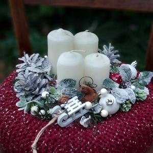 """Bórdó,adventi asztaldísz , Otthon & Lakás, Karácsony & Mikulás, Adventi koszorú, Virágkötés, Mindenmás, Bórdófonalat fogtam össze ezüst szállal és így kötöttem meg az asztaldisz \""""kabátját\""""\nSzalmaalapra ké..., Meska"""