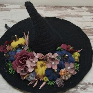 Boszorkány kalap ajtódísz, asztaldísz, Otthon & Lakás, Dekoráció, Ajtódísz & Kopogtató, Mindenmás, Horgolás, Horgolt kalapot díszítettem, sajat készítésű textíltököcskékkel és minőségi művirágokkal.\nRendelésre..., Meska