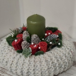 Adventi, karácsinyi asztaldísz, dekoráció, Karácsony & Mikulás, Adventi koszorú, Virágkötés, Mindenmás, Kézzel kötött asztalidekoráció, textílvirágokkal, gyertyával.\nA fonalnak van egy enyhén csillogó fén..., Meska