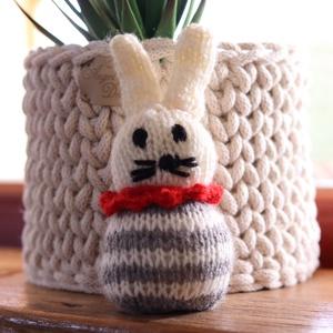 Húsvéti nyuszi, kézzel kötött nyúl, dekoráció, ajándék, Otthon & Lakás, Dekoráció, Asztaldísz, Kötés, Kézzel kötött nyuszi, tavaszi, húsvéti dekoráció.\nPuha vatalinnel töltve.\nMérete kb. 10cm magas..., Meska