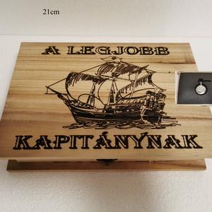 Kapitányos ajándék doboz, fából, egyedi, kézműves, Zsebórával, Otthon & Lakás, Dekoráció, Díszdoboz, Famegmunkálás, Egyedi, fából készült, kapitányos doboz ajándék zsebórával.\n\nA doboz mérete: 21*16cm.\nA zsebóra átmé..., Meska