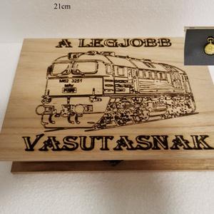 Szergej Vasutas ajándék doboz, fából, egyedi, kézműves, Zsebórával, Otthon & Lakás, Dekoráció, Díszdoboz, Famegmunkálás, Egyedi, fából készült, vasutas doboz ajándék zsebórával.\n\nA doboz mérete: 21*16cm.\nA zsebóra átmérőj..., Meska