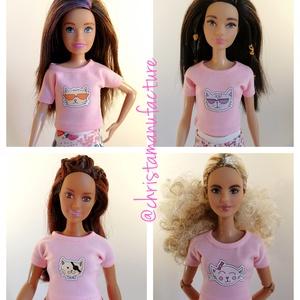 Barbe póló, rózsaszín cicás, Játék & Gyerek, Baba & babaház, Babaruha, babakellék, Varrás, Rózsaszín cicás Barbie póló, hátul tépőzárral.\nIllik normál Barbie, Curvy Barbie, Skipper és BMR1959..., Meska