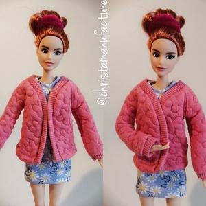 Barbie kabát, Játék & Gyerek, Baba & babaház, Babaruha, babakellék, Varrás, Rózsaszín virágos Barbie kabátka.\nNézz körül a boltomban, 9000 Ft feletti vásárlás esetén a postázás..., Meska