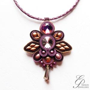 S91 Padlizsán -bronz sujtás nyaklánc bőrszálon, Ékszer, Nyaklánc, Medálos nyaklánc, Lila swarovski rivoli és különböző bronz gyöngyök alkotják ezt az elegáns nyakláncot. egy kis fémszá..., Meska