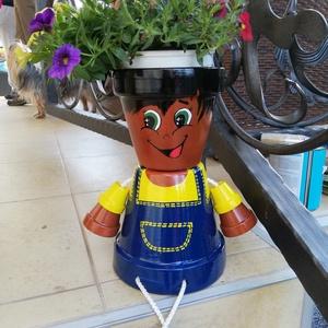 Cserépfigura - fiú, Otthon & lakás, Dekoráció, Dísz, Kerámia, Vidám farmer kisfiú cserépfigura (24 cm mérete). A virág nem tartozik hozzá. Akár virágkaspóként, ak..., Meska
