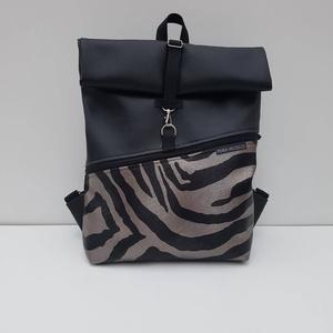 Roll top zebra mintás műbőr hátizsák, Táska, Táska, Divat & Szépség, Hátizsák, Varrás, Mintás műbőrből készült hátizsák, elején nagy cipzáros zsebbel.\n\nMéretei:\nSzélesség: 25-32 cm\nMagass..., Meska