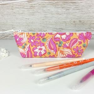 Tolltartó pink-sárga virágmintával, Otthon & Lakás, Papír írószer, Tolltartó & Ceruzatekercs, Varrás, Pink-sárga virágmintás tolltartó, mely kb. 15-20 db normál méretű ceruza/toll/filctoll tárolására al..., Meska