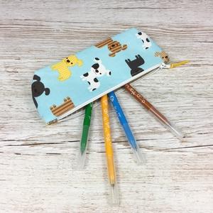 Kutya mintás tolltartó, Otthon & Lakás, Papír írószer, Tolltartó & Ceruzatekercs, Varrás, Kiskutya mintás tolltartó, mely kb. 15-20 db normál méretű ceruza/toll/filctoll tárolására alkalmas...., Meska