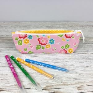 Virág mintás tolltartó, Otthon & Lakás, Papír írószer, Tolltartó & Ceruzatekercs, Varrás, Rózsaszín alapon virág mintás tolltartó, mely kb. 15-20 db normál méretű ceruza/toll/filctoll tárolá..., Meska