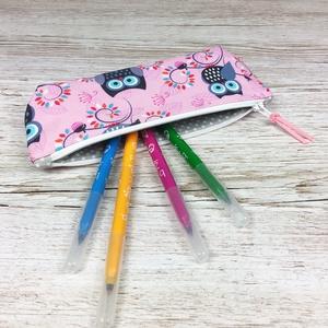 Baglyos tolltartó, Otthon & Lakás, Papír írószer, Tolltartó & Ceruzatekercs, Varrás, Rózsaszín alapon bagoly mintás tolltartó, mely kb. 15-20 db normál méretű ceruza/toll/filctoll tárol..., Meska