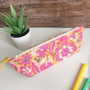 Pink sárga virágos tolltartó neszesszer, Táska & Tok, Neszesszer, Narancssárga alapon fehér-pink virág mintás tolltartó, mely kb. 15-20 db normál méretű ceruza/toll/f..., Meska