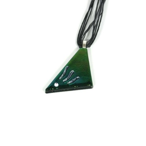Akciós Lilás-zöldes fémes háromszög üvegmedál, Ékszer, Nyaklánc, Medálos nyaklánc, Ékszerkészítés, Üvegművészet, Őszi akció! A medál eredeti ára 3300 Ft. \nEnnek a medálnak nehéz meghatározni a színét. Ha így nézem..., Meska