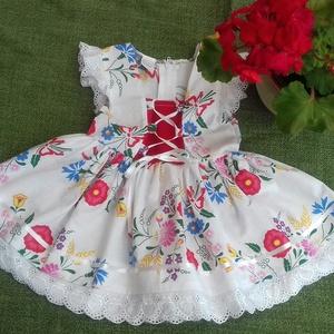 Kalocsai mintás lanyka ruha, Táska, Divat & Szépség, Gyerekruha, Ruha, divat, Gyerek & játék, Gyerek (1-10 év), Varrás, Kalocsai mintás lányka ruha kétoldalt fűzővel szabályozható bőséggel.68-146- os méretig készítem.\nAn..., Meska