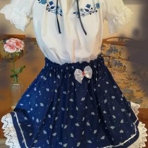 Lányka kékfestő együttes , Ruha, Női ruha, Ruha & Divat, Hímzés, Varrás, Lányka kékfestő együttes .\nGumis derekű szoknya, és hímzett blúz, a kék árnyalataival. 80-146-os mér..., Meska