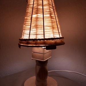 Fa Éjjeli lámpa E27 T2, Otthon & lakás, Lakberendezés, Lámpa, Asztali lámpa, Famegmunkálás, Szövés, Lámpáink kézzel készült egyedi darabok.\nÉjjeli, asztali lámpának egyaránt alkalmas. A lámpabúra gyap..., Meska