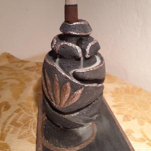 Faragott Visszaáramló (backflow) füstölőtartó, Otthon & lakás, Lakberendezés, Asztaldísz, Gyertya, mécses, gyertyatartó, Kőfaragás, Famegmunkálás, Kézzel faragott, festett visszaáramló füstölőtartó.\nA speciális füstölőkúppal működő füstölők a füst..., Meska