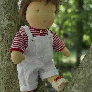 Levi waldorf baba , Játék, Baba játék, Baba, babaház, Plüssállat, rongyjáték, Baba-és bábkészítés, Varrás, Levi már nyári hangulatban! Fehér vászon kertésznadrágba, sapkába,csíkos pólóba öltözött. 30 cm mag..., Meska