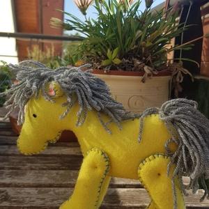 Sárga ló, lovacska, paci, Ló, Plüssállat & Játékfigura, Játék & Gyerek, Baba-és bábkészítés, Varrás, Gyapjúfilcből készült lovacska. Magassága 15 cm, marmagassága 13cm. Kézzel készült, freezzel töltve...., Meska