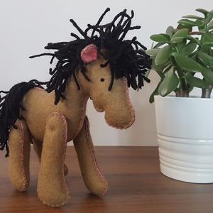 Barna ló, lovacska, paci!, Ló, Plüssállat & Játékfigura, Játék & Gyerek, Varrás, Gyapjúfilcből készült lovacska. Magassága 15 cm, marmagassága 13cm. Kézzel készült, freez töltőanyag..., Meska