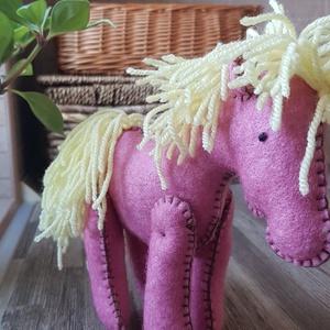 Rózsaszínű ló, lovacska, paci, Ló, Plüssállat & Játékfigura, Játék & Gyerek, Varrás, Gyapjúfilcből készült lovacska. Magassága 15 cm, marmagassága 13cm. Kézzel készült, freez töltőanyag..., Meska