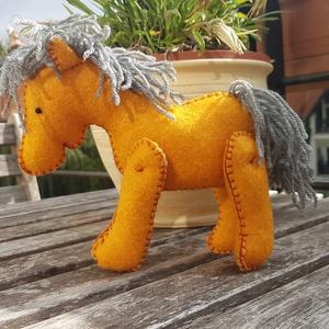 Narancsos ló, lovacska, paci, paripa, Ló, Plüssállat & Játékfigura, Játék & Gyerek, Varrás, Gyapjúfilcből készült lovacska. Magassága 15 cm, marmagassága 13cm. Kézzel készült, freez töltőanyag..., Meska