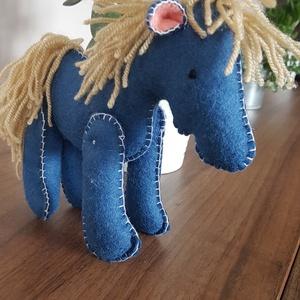 kék ló, lovacska, paci, Ló, Plüssállat & Játékfigura, Játék & Gyerek, Varrás, Gyapjúfilcből készült lovacska. Magassága 15 cm, marmagassága 13cm. Kézzel készült, freez töltőanyag..., Meska