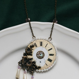 Sergeant Ella Lamb-Fowler - steampunk nyaklánc, Ékszer, Nyaklánc, Újrahasznosított alapanyagból készült termékek, Antik alapanyagokból készült egyedi, steampunk ékszer.  A zsebóra számlap köré apró gyöngyöket varrt..., Meska