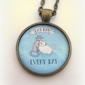 Macska Cica nyaklánc Macskás Cicás minden nap macska nap, Ékszer, Nyaklánc, Ékszerkészítés, Macska nap- mindennap:)\nA  macskák nagy kedvenceim, sok szeretetet adnak, ha szeretetet kapnak...Egy..., Meska