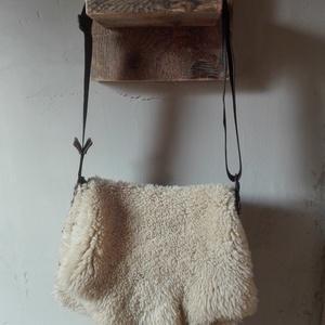 Bégető, Táska, Divat & Szépség, Táska, Bőrművesség, Birkabőrből készült táska. Kézzel varrt.\n\nMéret:\n40x30 cm, Meska
